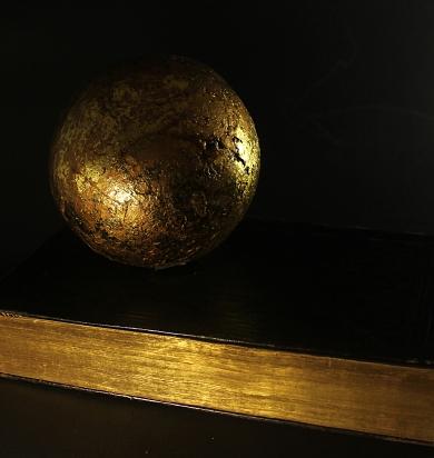 Goldkugel an einer alten Goldschnittbibel3agedreht.jpg